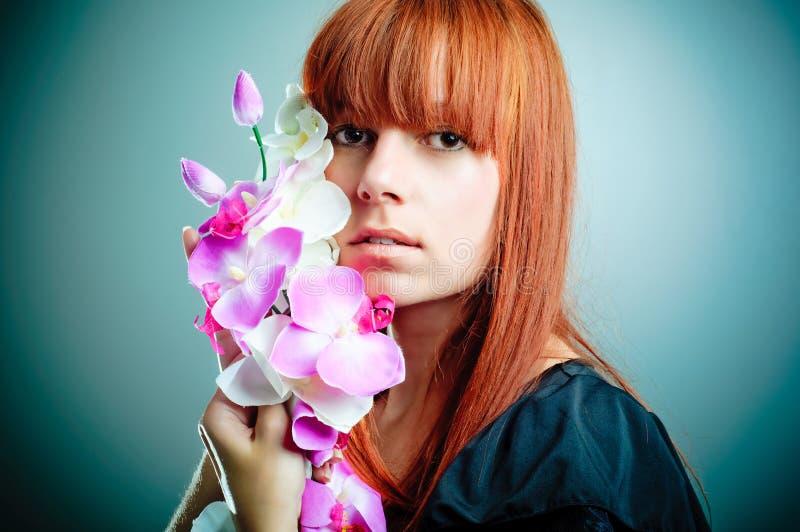 Schöne Frau mit Blume stockfotografie