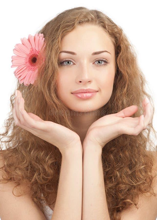 Schöne Frau mit Blume in ihrem Haar lizenzfreies stockfoto