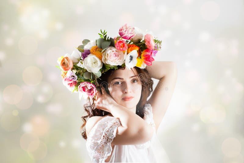Schöne Frau mit Blume Wreath lizenzfreie stockbilder