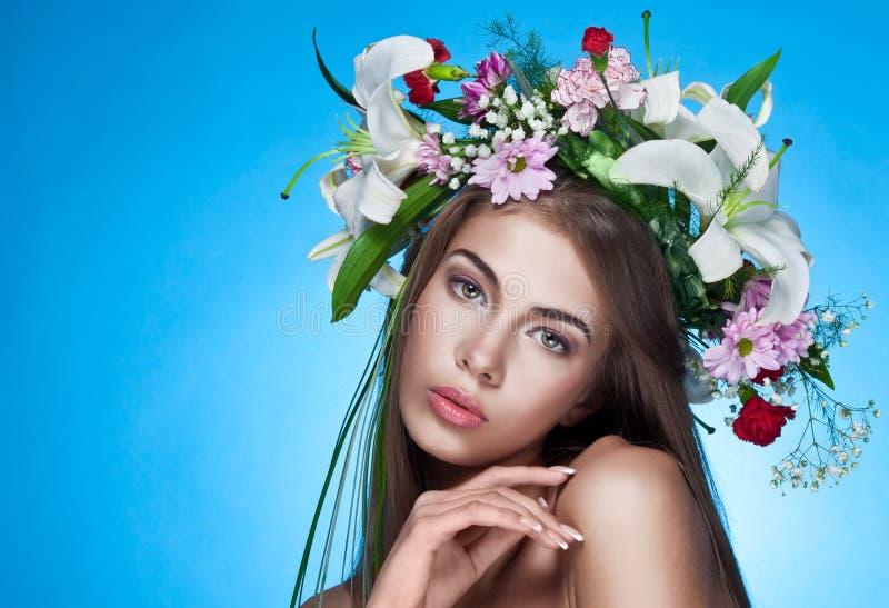 Schöne Frau mit Blume Wreath stockfotografie