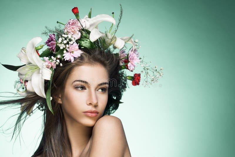 Schöne Frau mit Blume Wreath. stockbilder