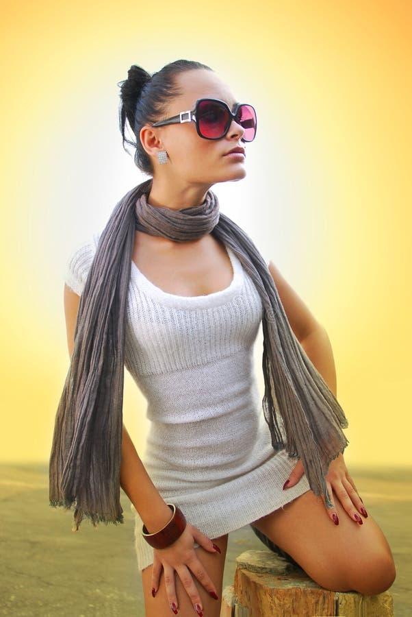 Schöne Frau mit braunem Schal stockfotografie