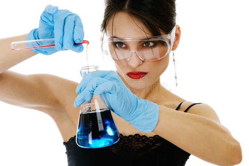 Schöne Frau mit chemischen Glaswaren lizenzfreies stockfoto