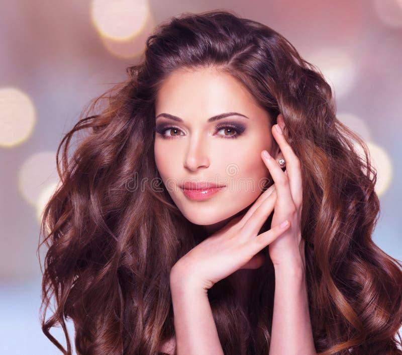 Schöne Frau mit dem langen braunen Haar stockfoto