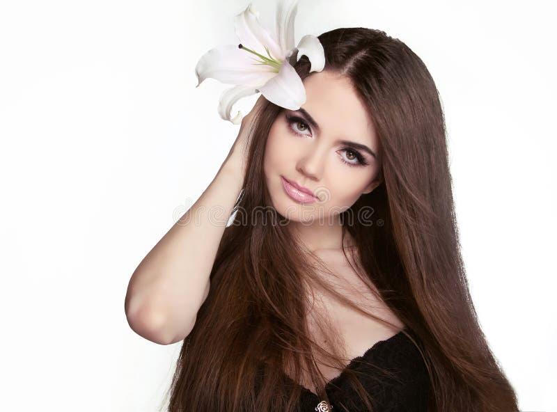 Schöne Frau mit dem langen braunen Haar. Nahaufnahmeporträt von fashio lizenzfreies stockfoto