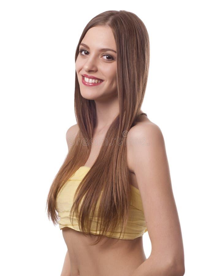 Schöne Frau mit dem langen braunen Haarlächeln lizenzfreie stockbilder