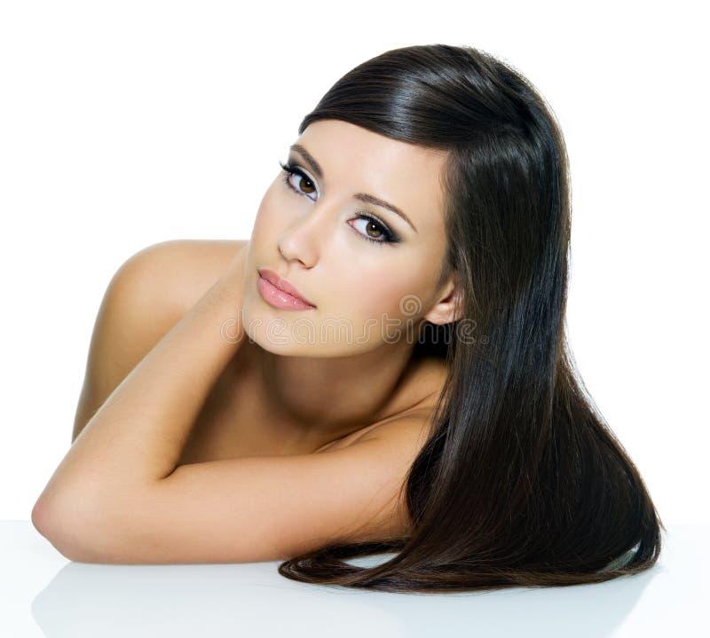 Schöne Frau mit dem langen geraden Haar lizenzfreie stockfotografie