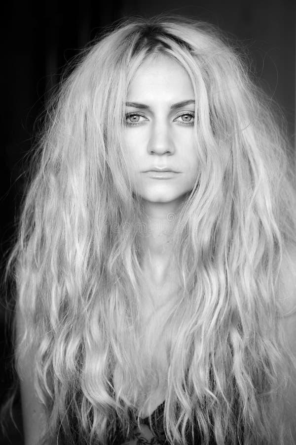 Schöne Frau mit dem langen Haar lizenzfreie stockfotografie