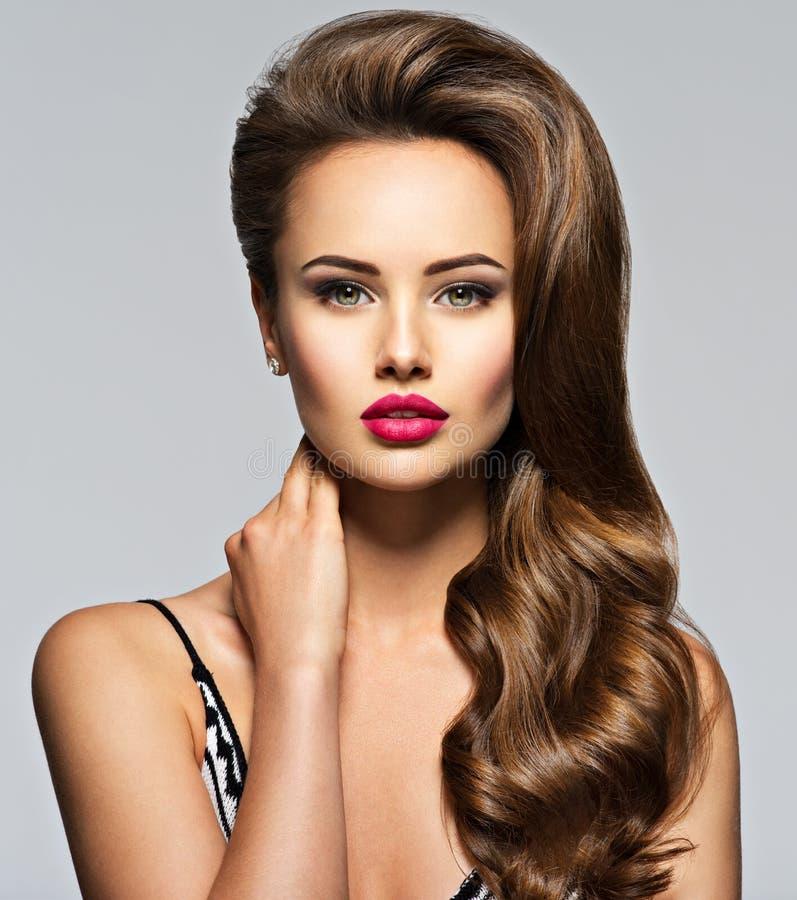 Schöne Frau mit dem langen lockigen Haar stockbilder