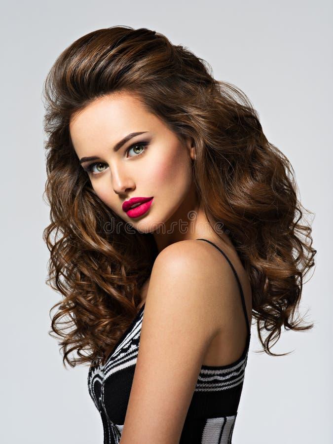 Schöne Frau mit dem langen lockigen Haar stockfotografie