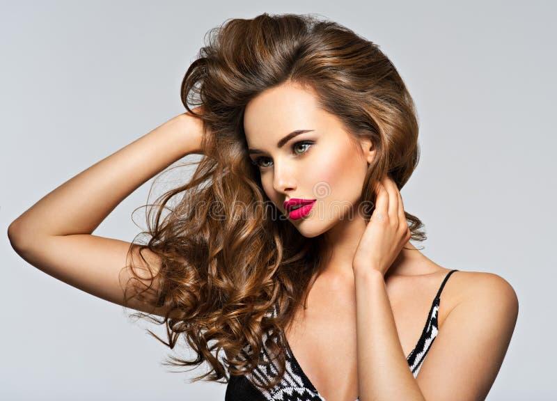 Schöne Frau mit dem langen lockigen Haar lizenzfreies stockbild