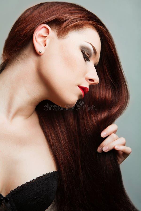Schöne Frau mit dem langen roten Haar lizenzfreies stockfoto