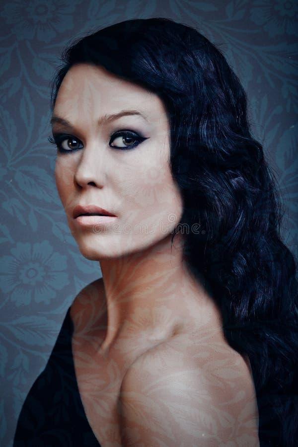 Schöne Frau mit dem langen schwarzen Haar stock abbildung