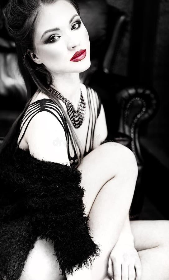 Schöne Frau mit den roten Lippen lizenzfreie stockfotografie