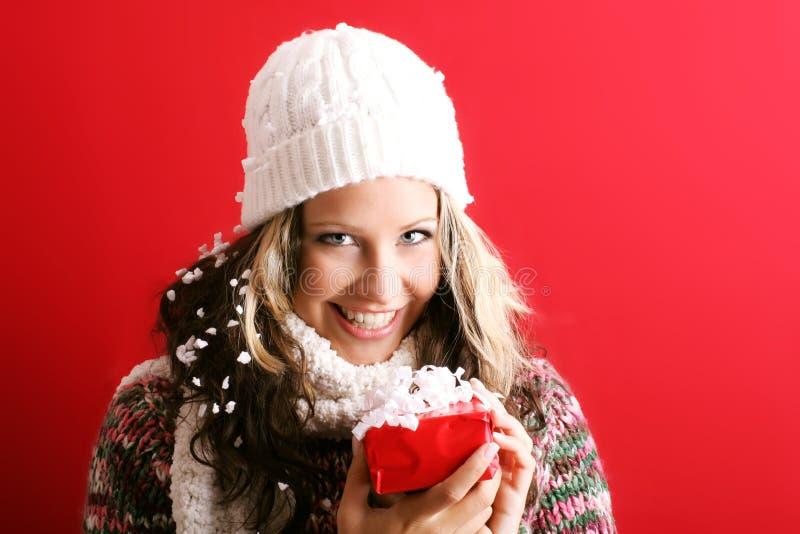 Schöne Frau mit einem Geschenk lizenzfreie stockbilder