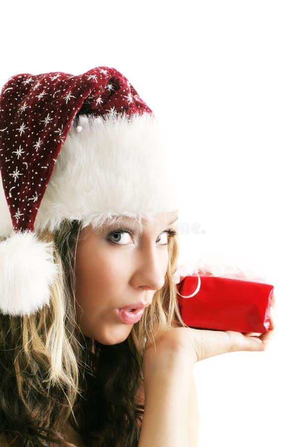 Schöne Frau mit einem Geschenk lizenzfreies stockbild