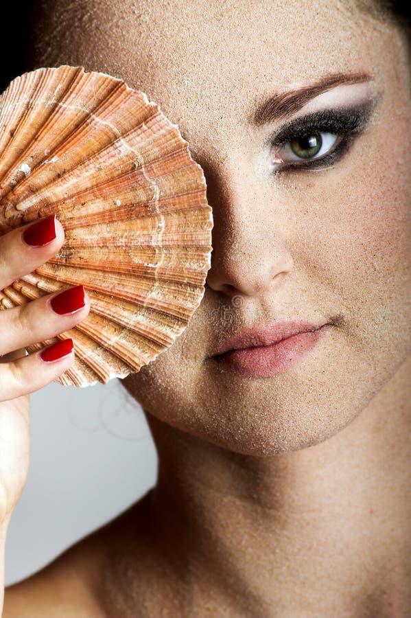 Schöne Frau mit einem Shell lizenzfreies stockfoto
