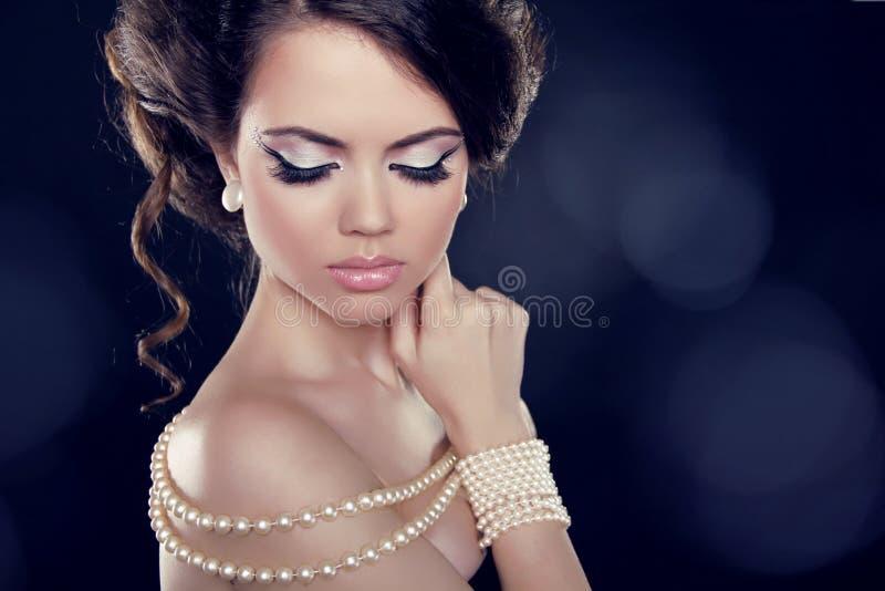 Schöne Frau mit einer Perlenhalskette auf den blanken Schultern stockfoto