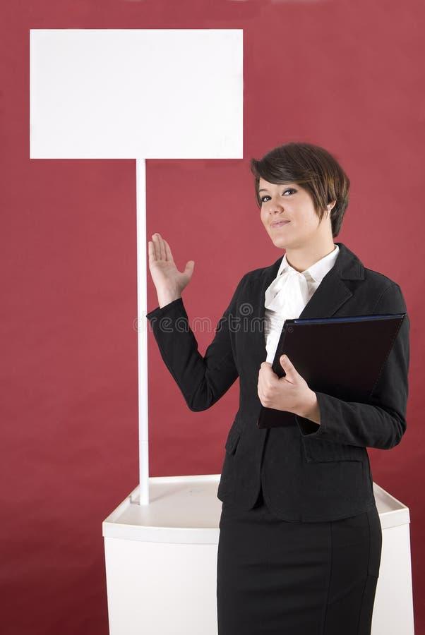 Schöne Frau mit Etat für Ihr Produkt stockfoto