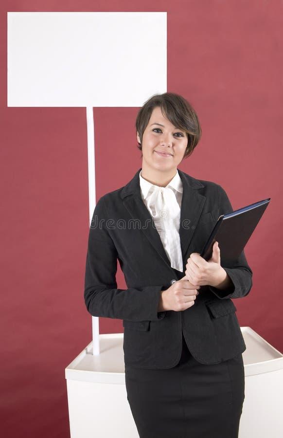 Schöne Frau mit Etat für Ihr Produkt lizenzfreie stockfotos