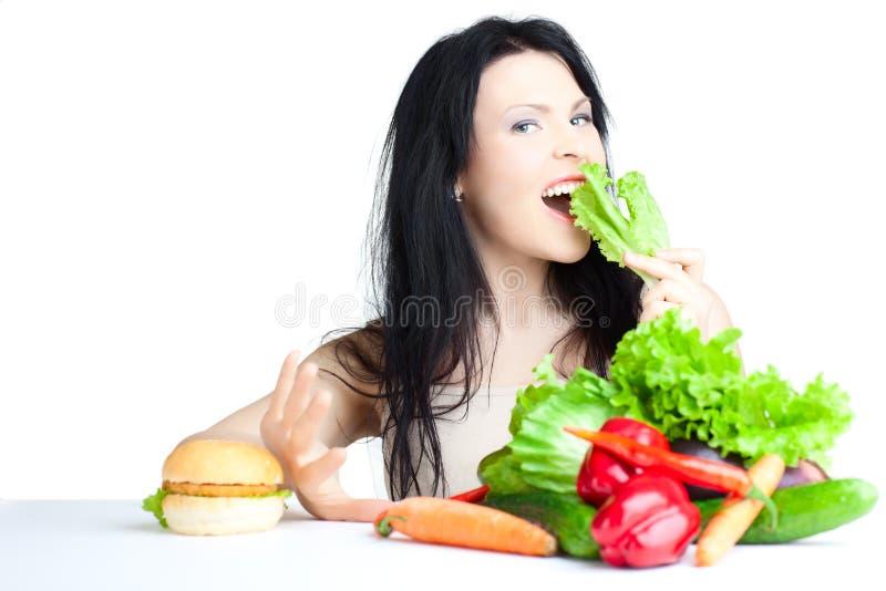 Schöne Frau mit Gemüse lizenzfreie stockbilder