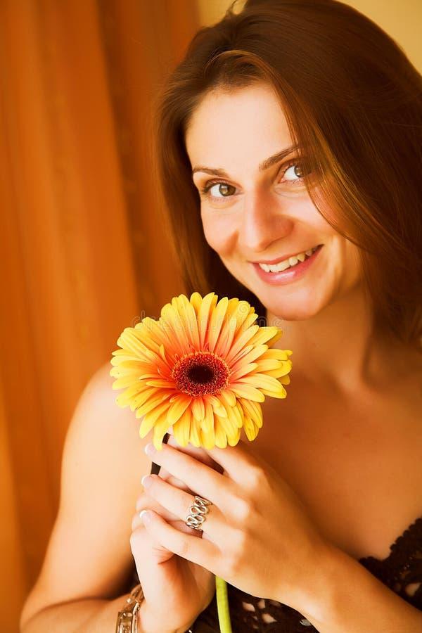 Schöne Frau mit gerber lizenzfreie stockbilder