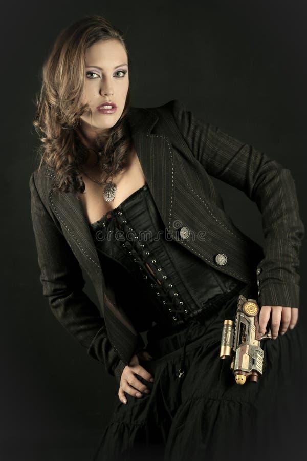 Schöne Frau mit Gewehr stockfotografie