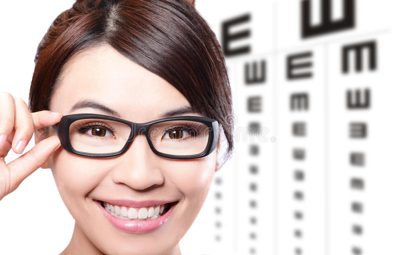 Frau mit Gläsern und Augentestdiagramm stockbilder