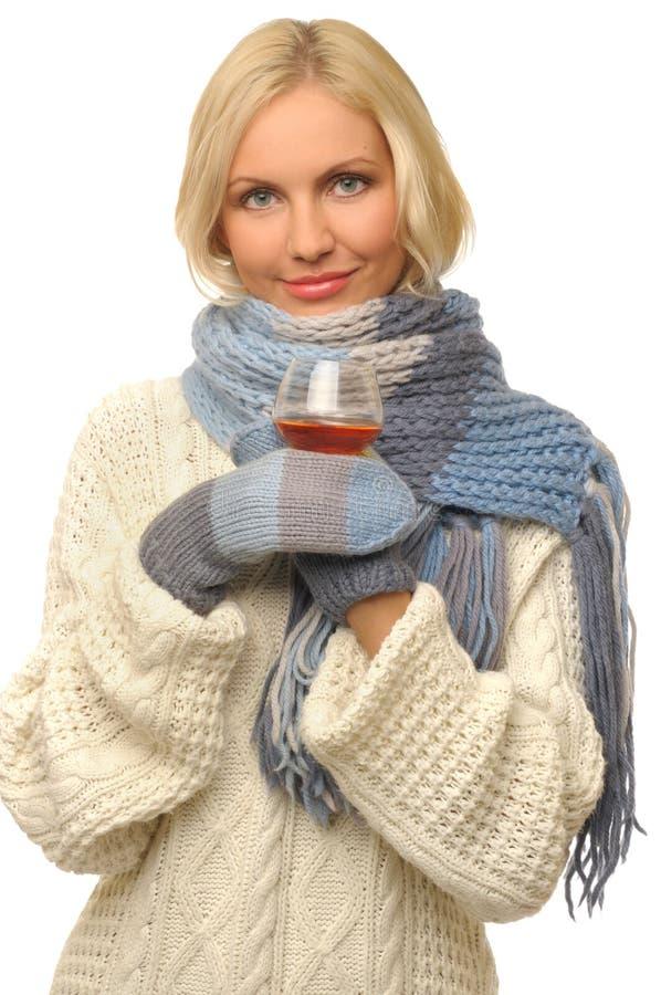 Schöne Frau mit Glas des Kognaks. lizenzfreies stockbild