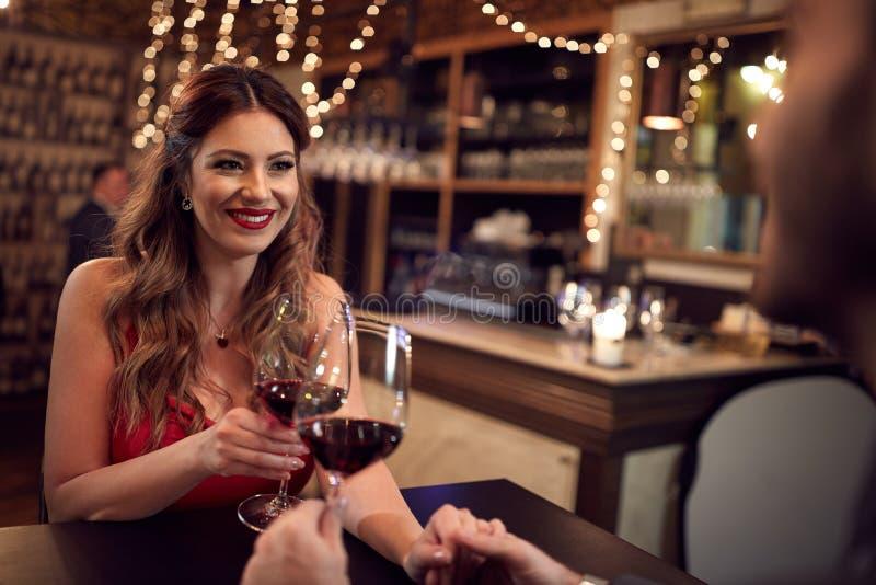 Schöne Frau mit Glas Wein lizenzfreies stockfoto