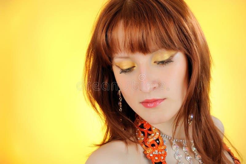 Schöne Frau mit goldener Verfassung lizenzfreies stockfoto