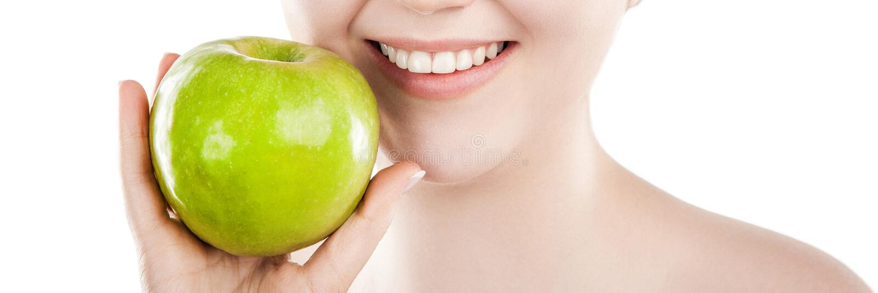 Schöne Frau mit grünem Apfel stockfotografie