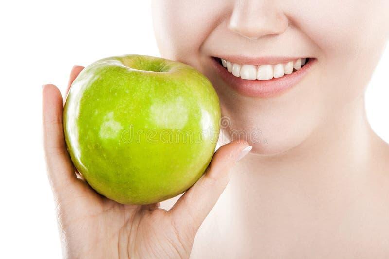 Schöne Frau mit grünem Apfel stockfotos