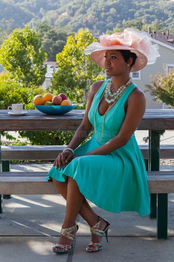 Schöne Frau mit Hut lizenzfreies stockbild