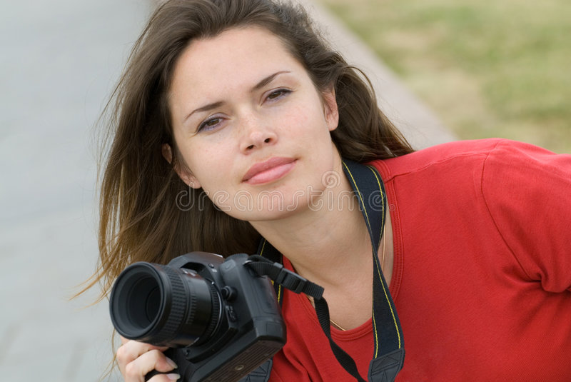 Schöne Frau mit Kamera stockfotografie