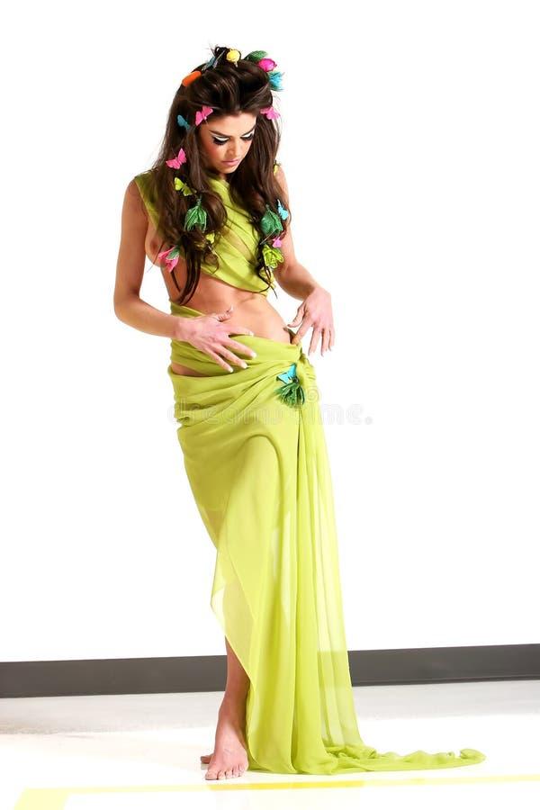 Schöne Frau mit Kleid der hohen Art und Weise lizenzfreie stockfotos