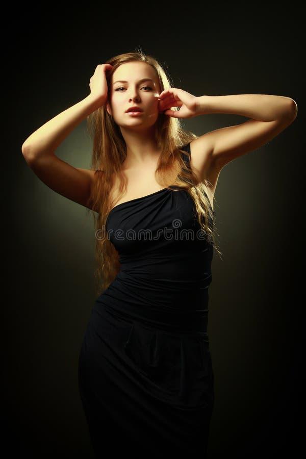 Schöne Frau mit langem Haarportrait stockfotos