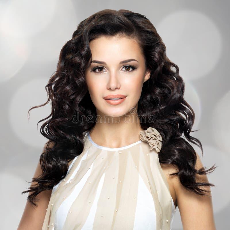 Schöne Frau mit langer gelockter Frisur lizenzfreies stockbild