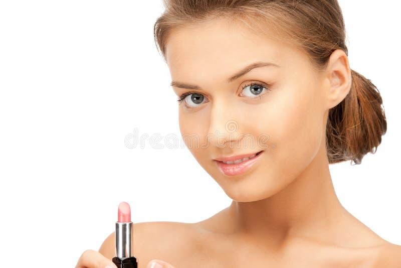 Schöne Frau mit Lippenstift lizenzfreie stockbilder