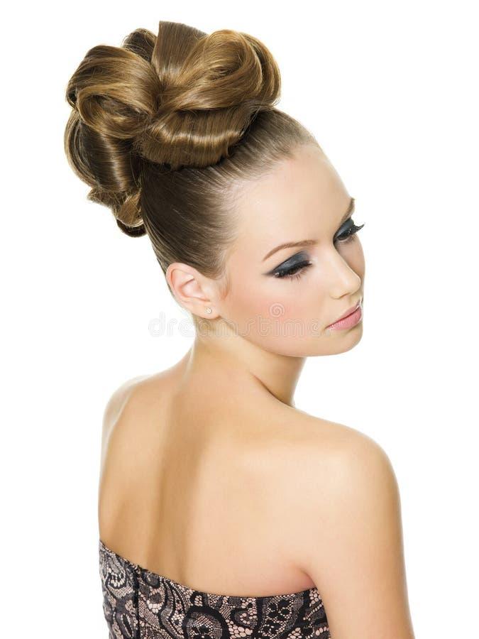 Schöne Frau mit moderner Frisur lizenzfreie stockbilder