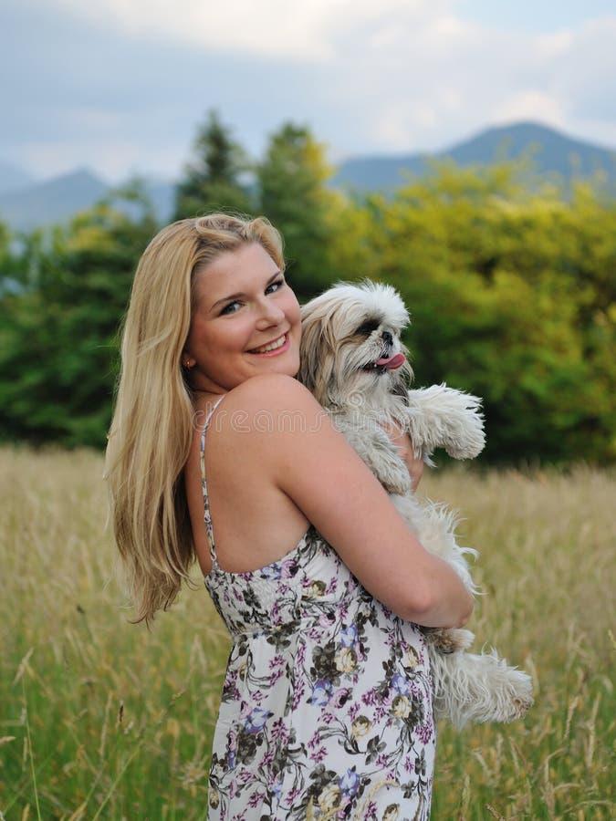 Schöne Frau mit nettem kleinem Hund stockbild