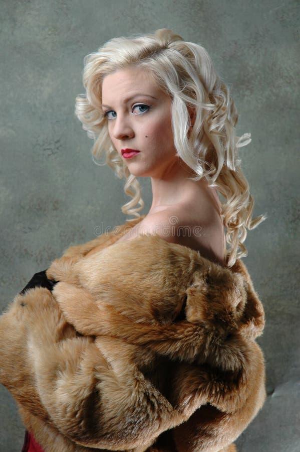 Schöne Frau mit Pelzmantel stockbilder