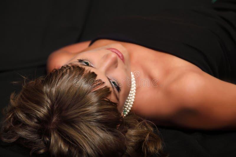 Schöne Frau mit Perlenhalskette stockfotos