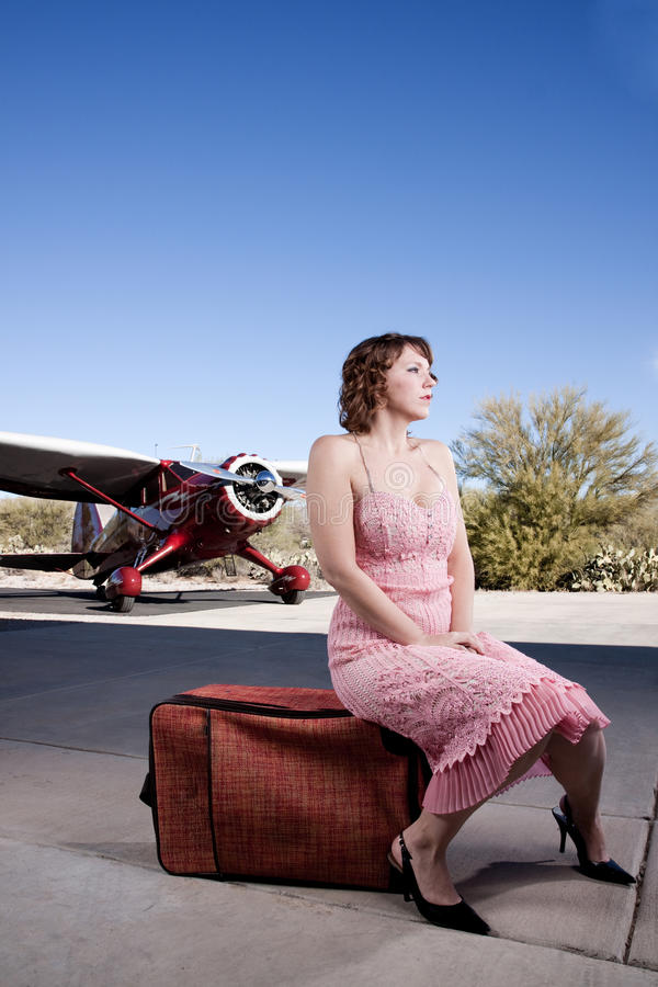 Schöne Frau mit privatem Flugzeug stockfotografie