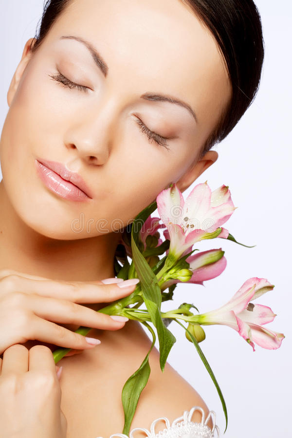 Schöne Frau mit rosafarbener Blume stockfotos