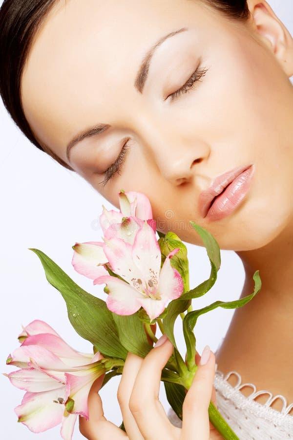Schöne Frau mit rosafarbener Blume stockfotografie