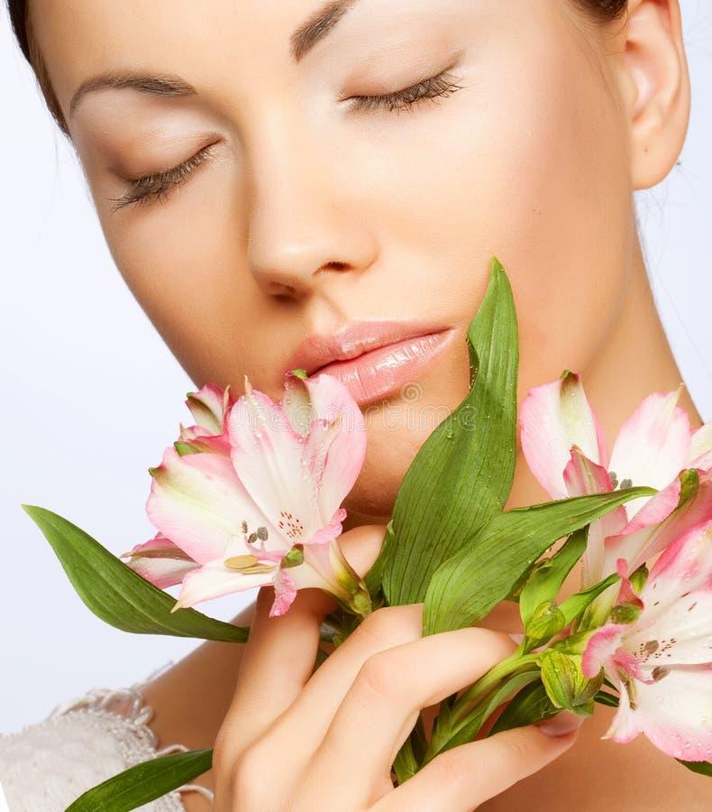 Schöne Frau mit rosafarbener Blume lizenzfreies stockfoto
