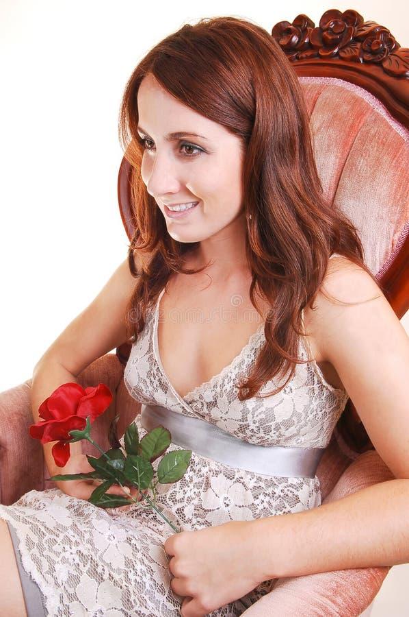 Schöne Frau mit Rot stieg. lizenzfreie stockfotos
