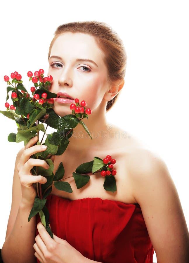 Schöne Frau mit roten Blumen lizenzfreie stockfotos