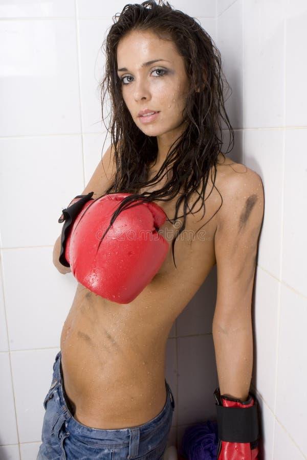 Schöne Frau mit roten Verpackenhandschuhen lizenzfreie stockbilder